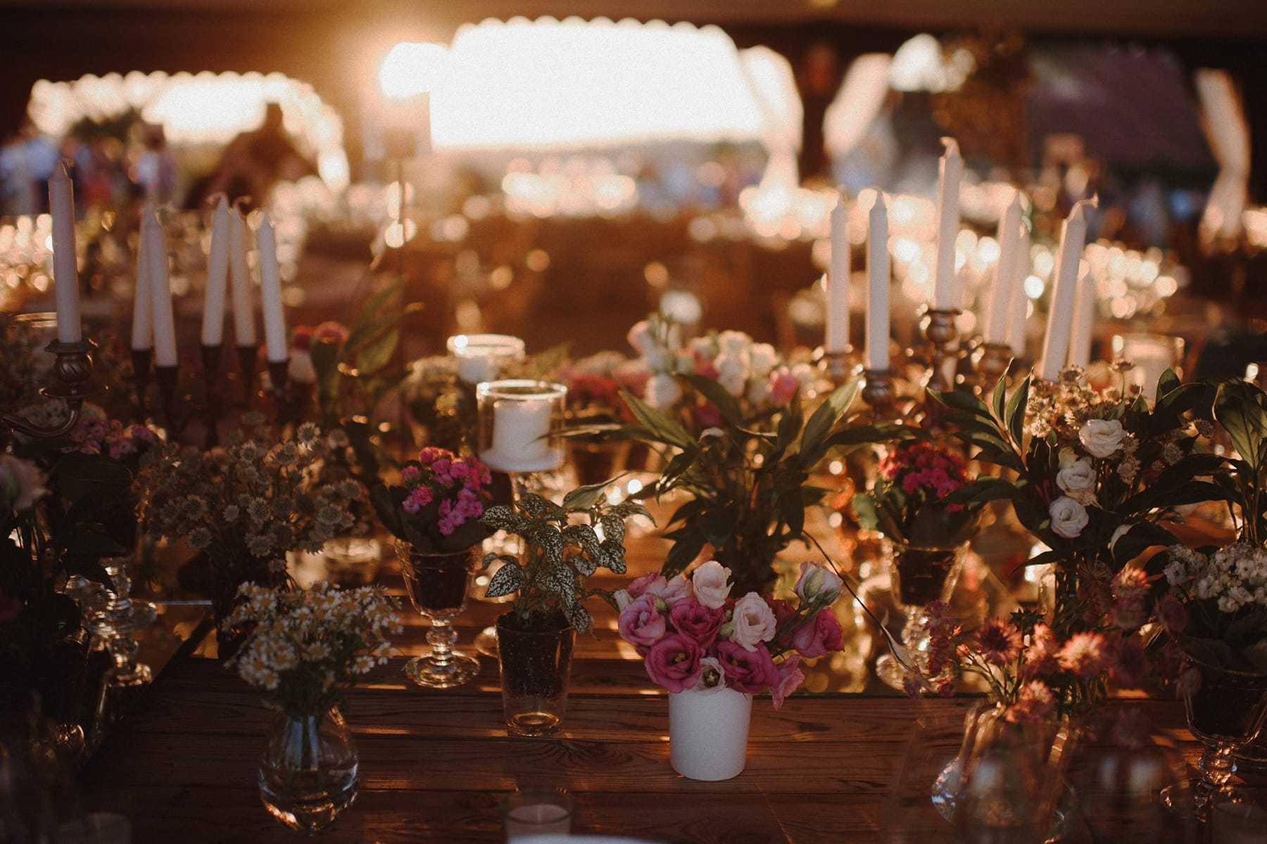 Mesa decorada bañada por la luz del atardecer