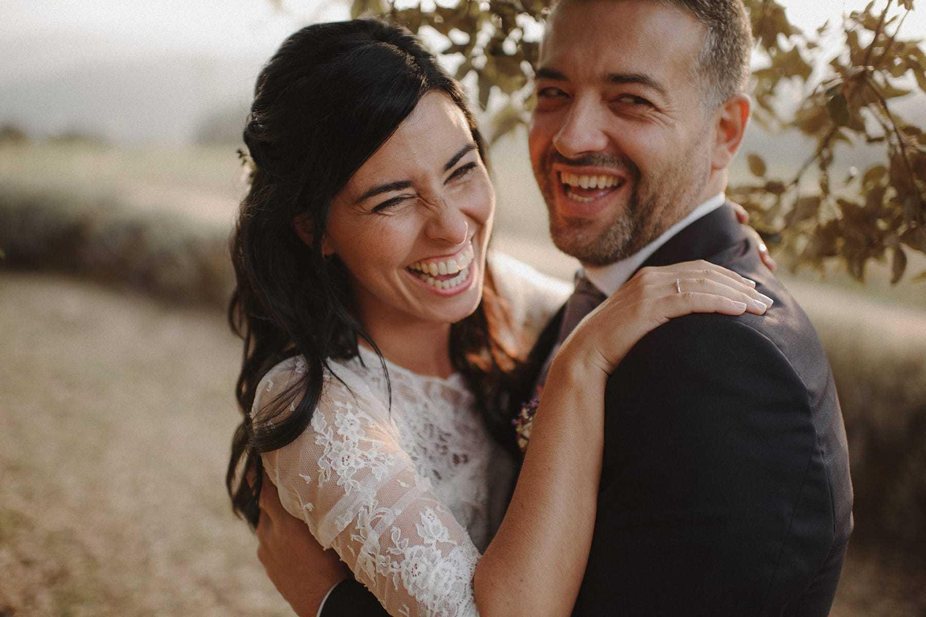 Novios recién casados felices
