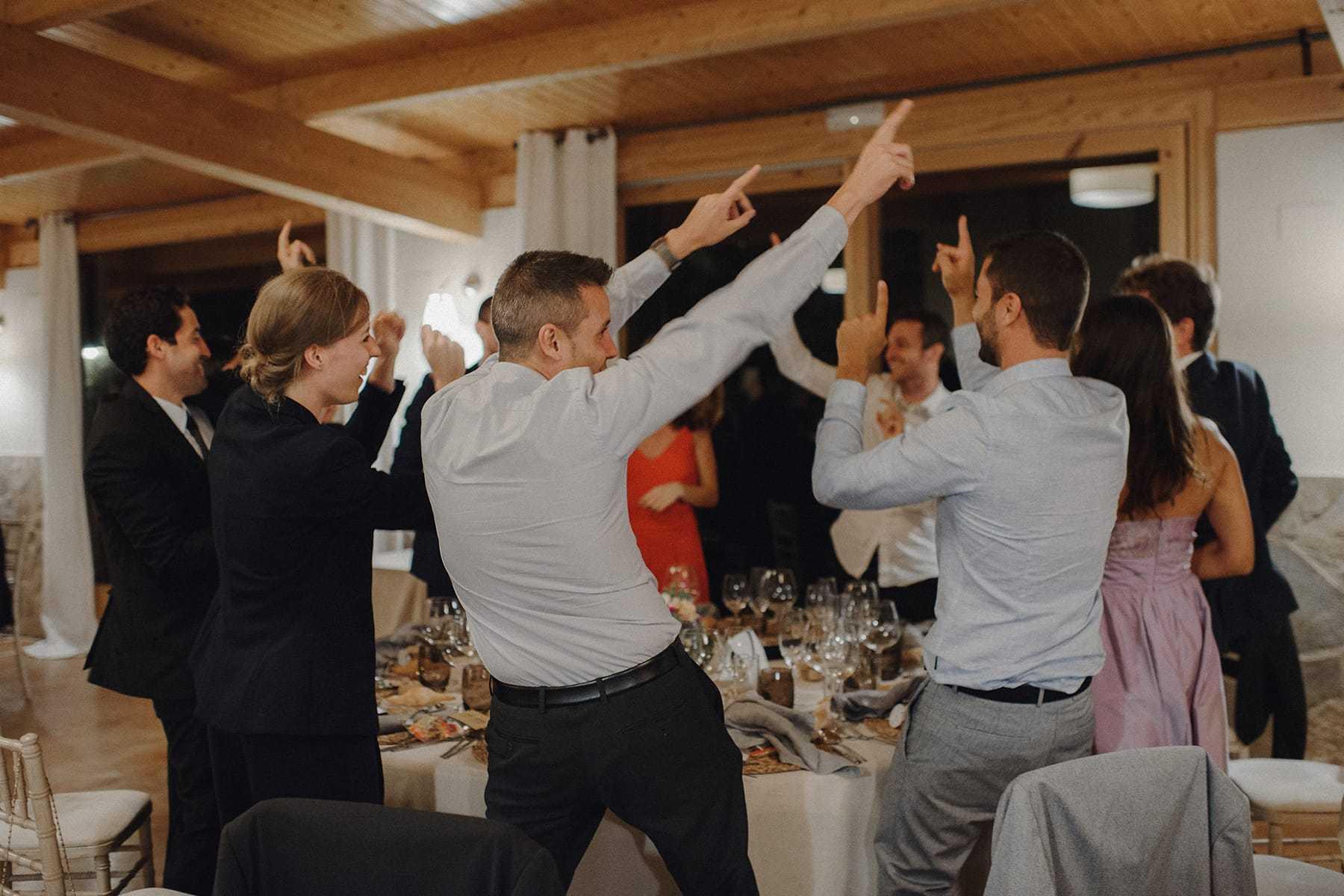Amigos de los novios bailando