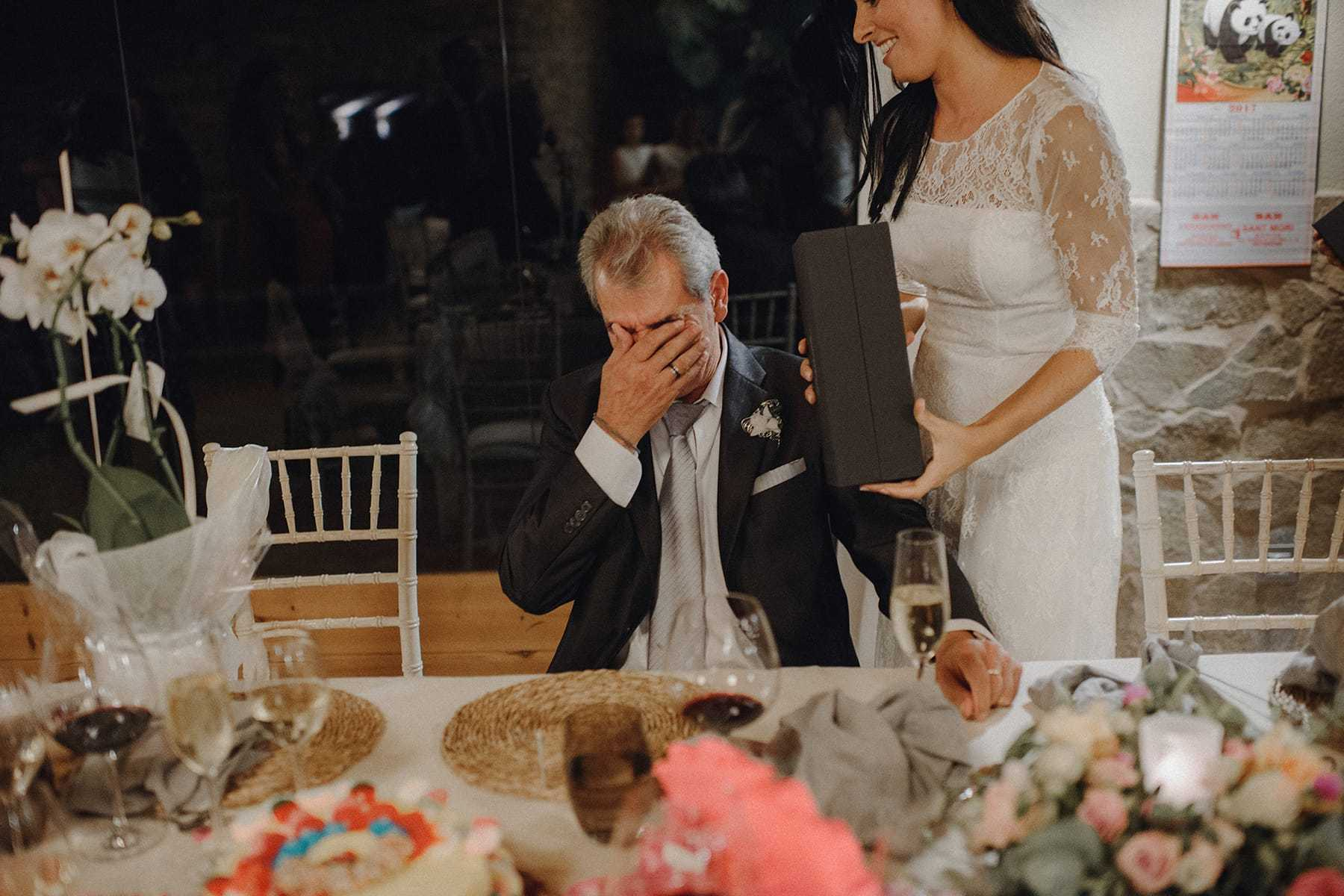 Padre de la novia emocionado