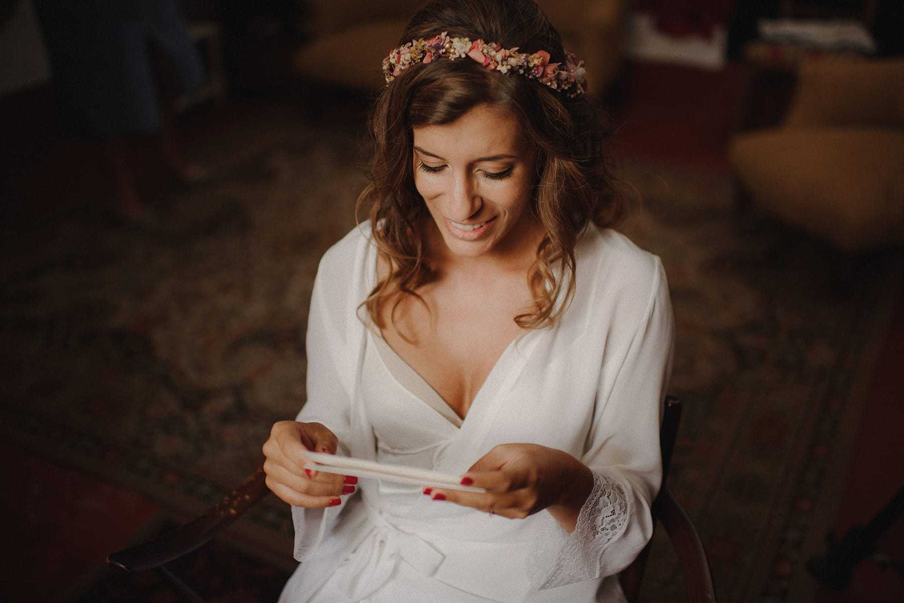 Novia leyendo una carta
