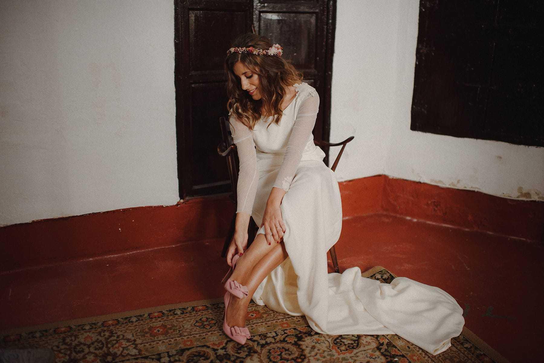 Novia poniándose unos zapatos de Salo Madrid