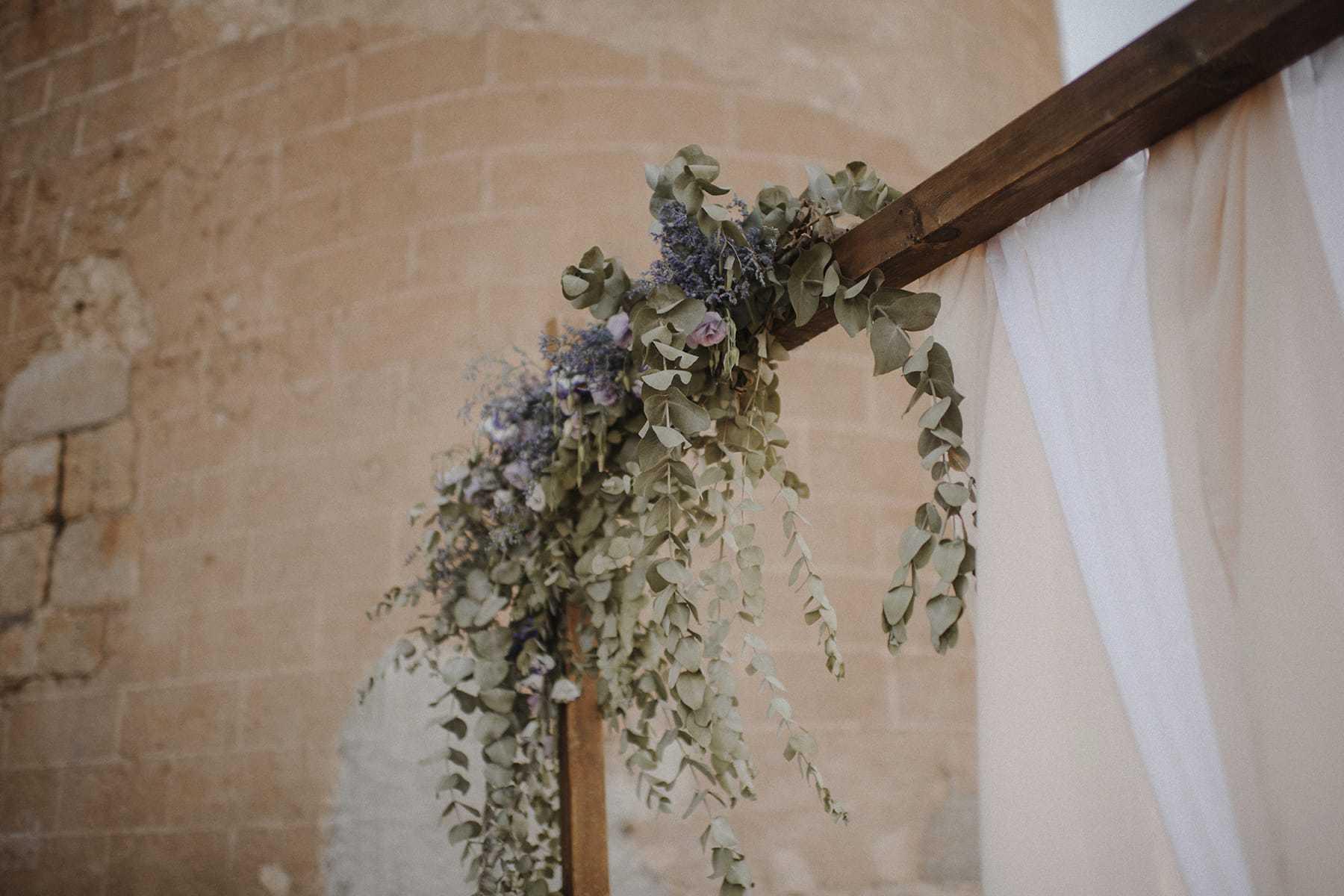 Detalle floral en un arco de la ceremonia civil