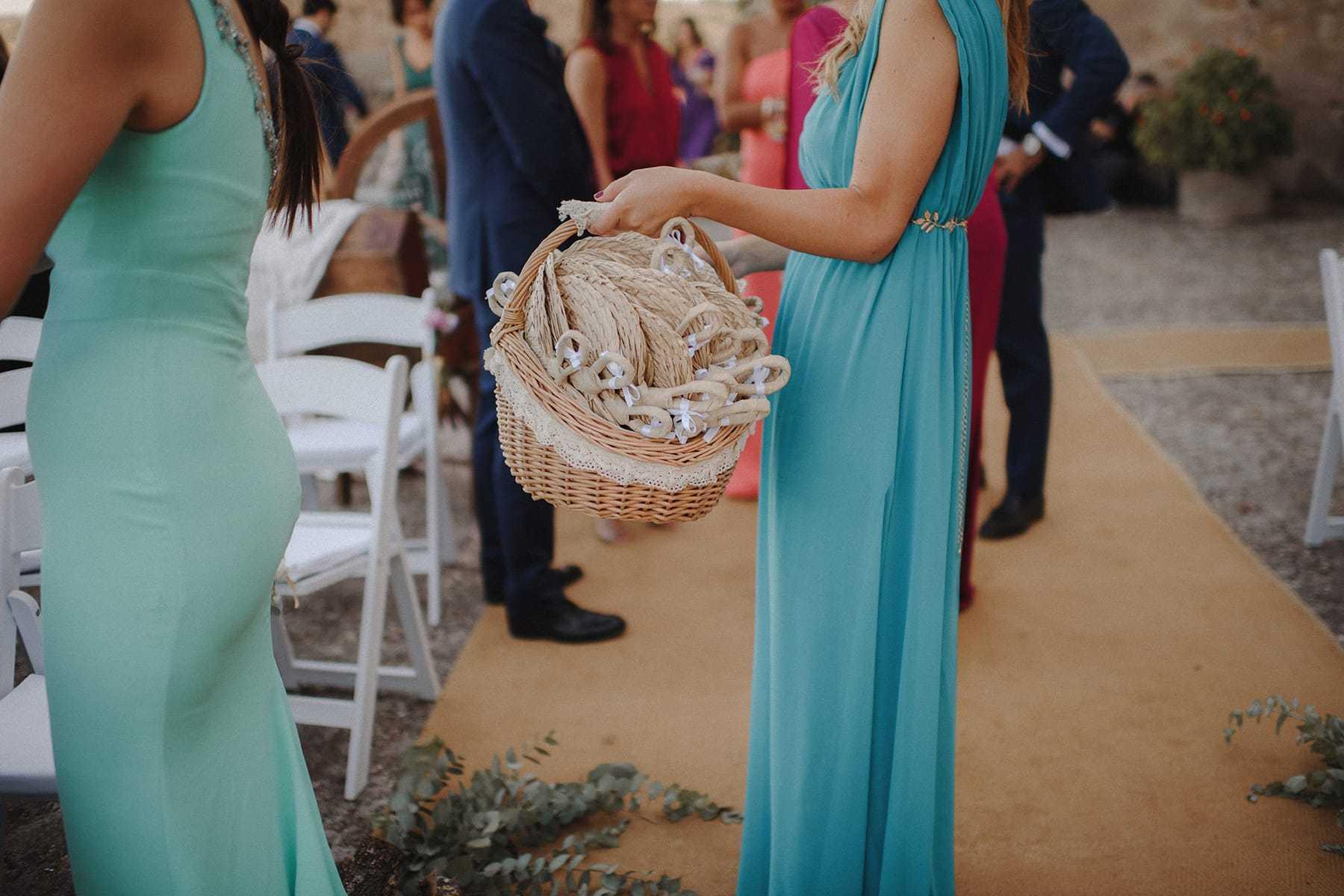 Invitada repartiendo pai pais en una boda
