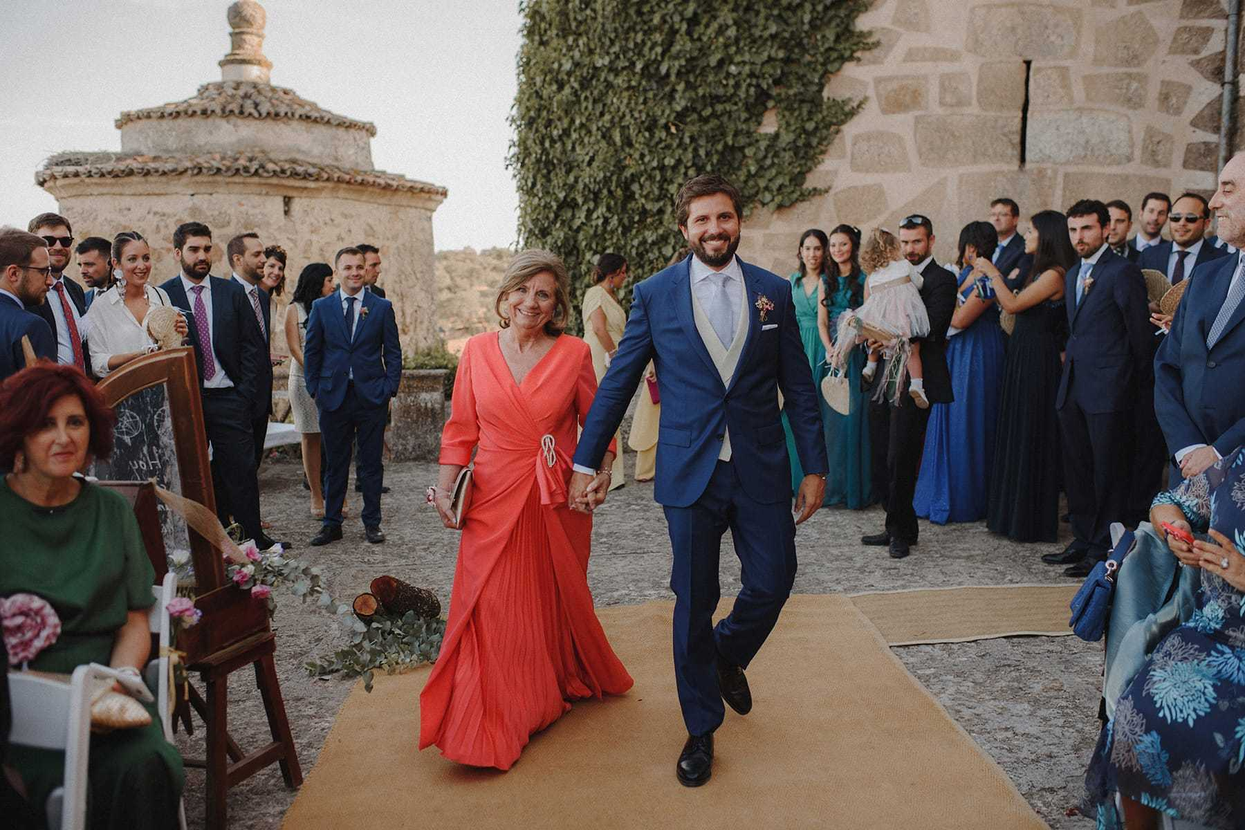Novio entrando en una ceremonia civil
