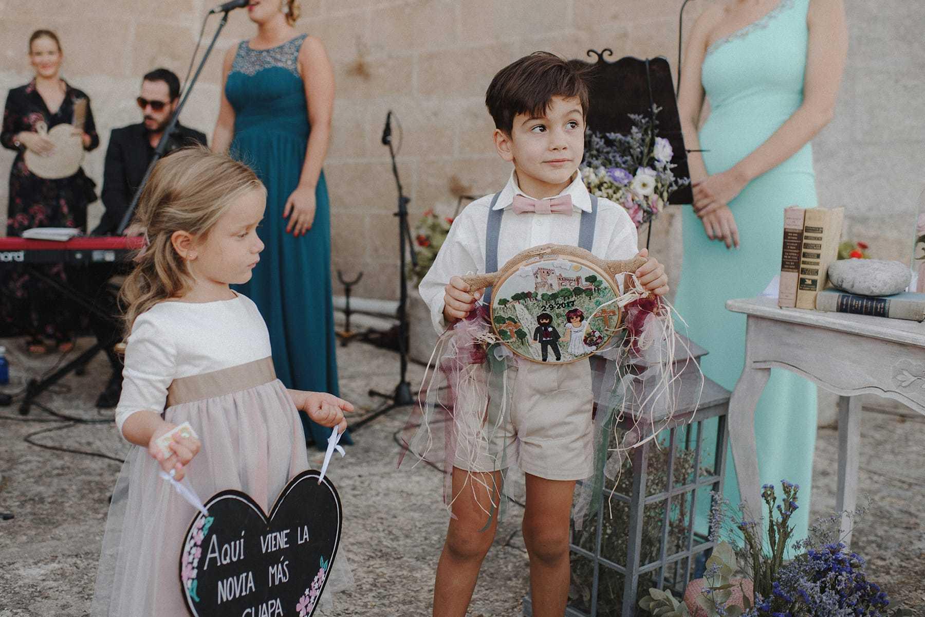 Pajes con detalles en una boda