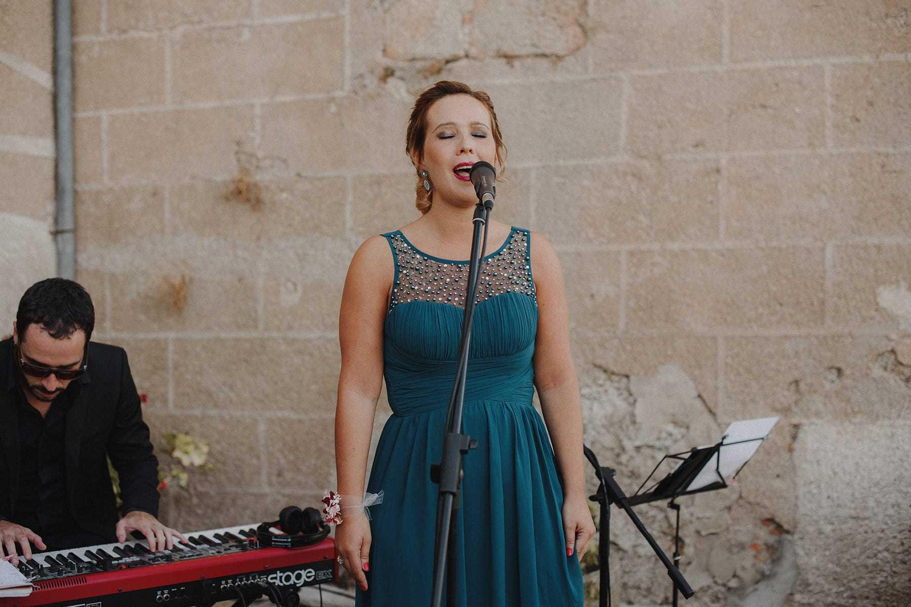 Amiga de la novia cantando una canción para los novios