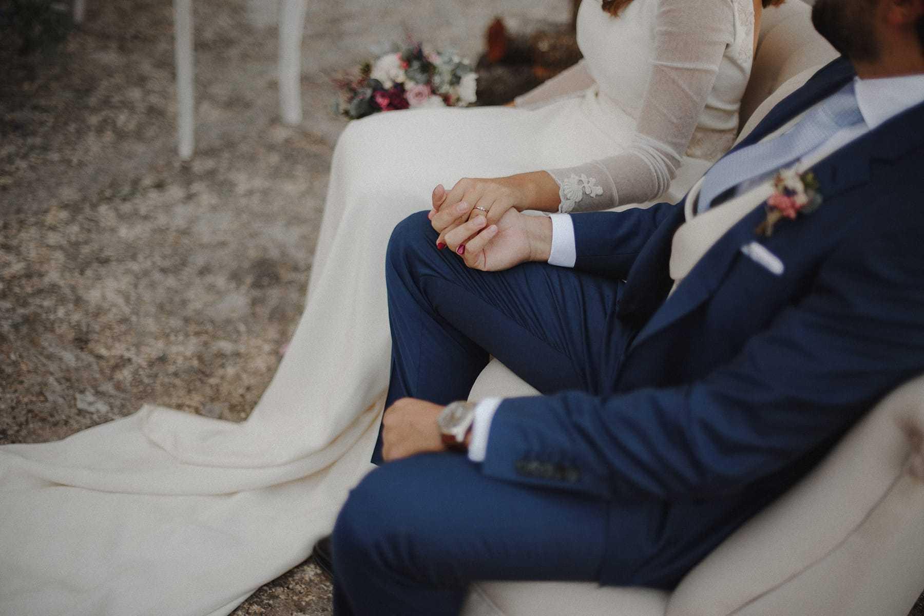 Caricias entre los novios de una boda