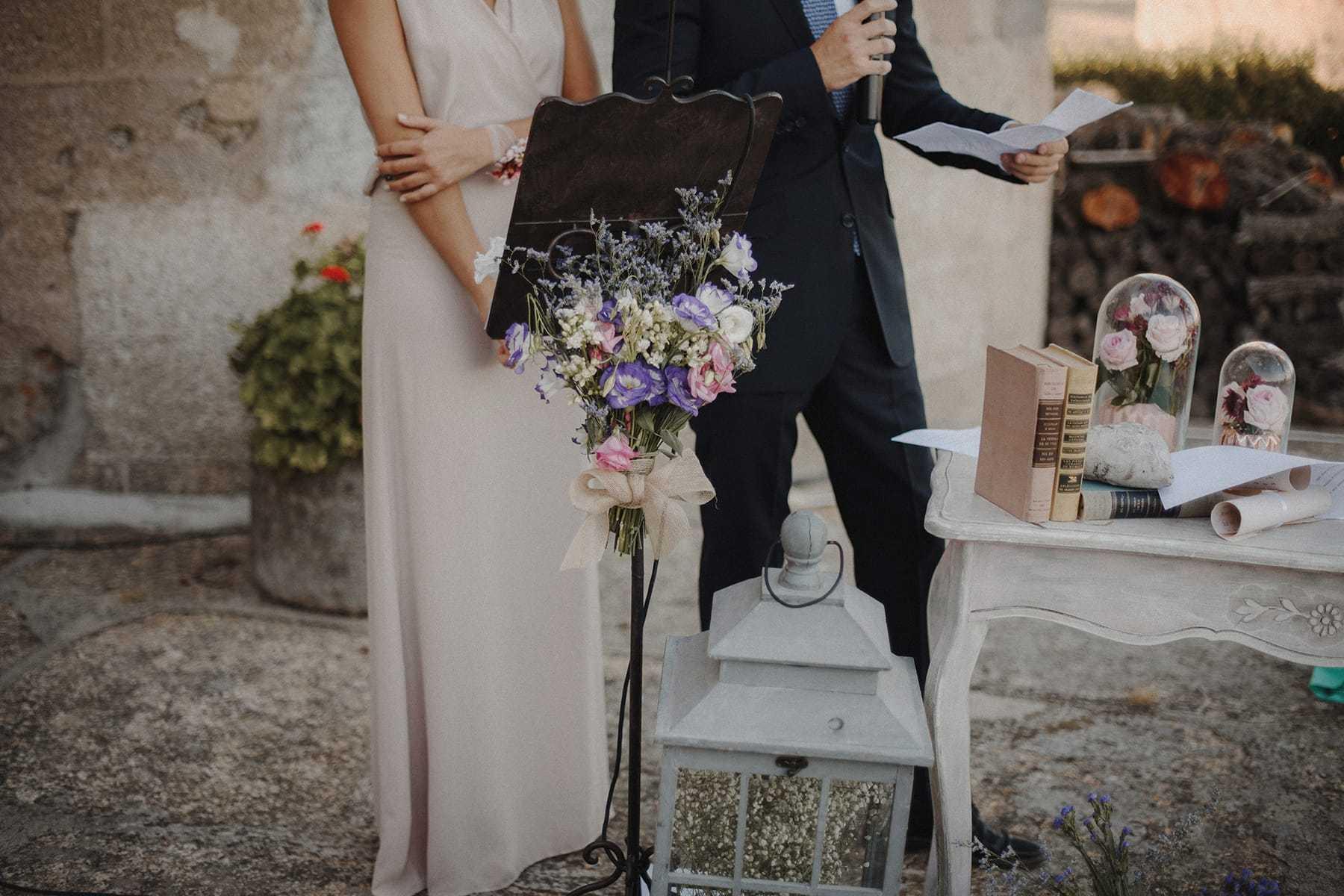 Detalle floral en atril de boda