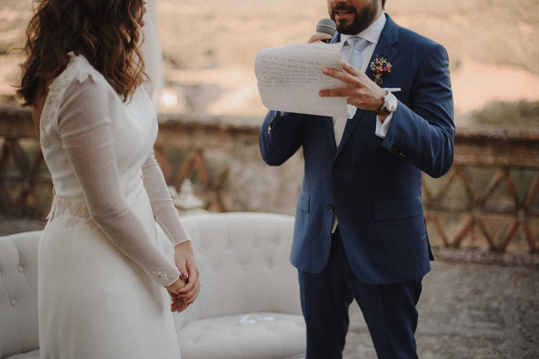 Novio leyendo sus votos a la novia