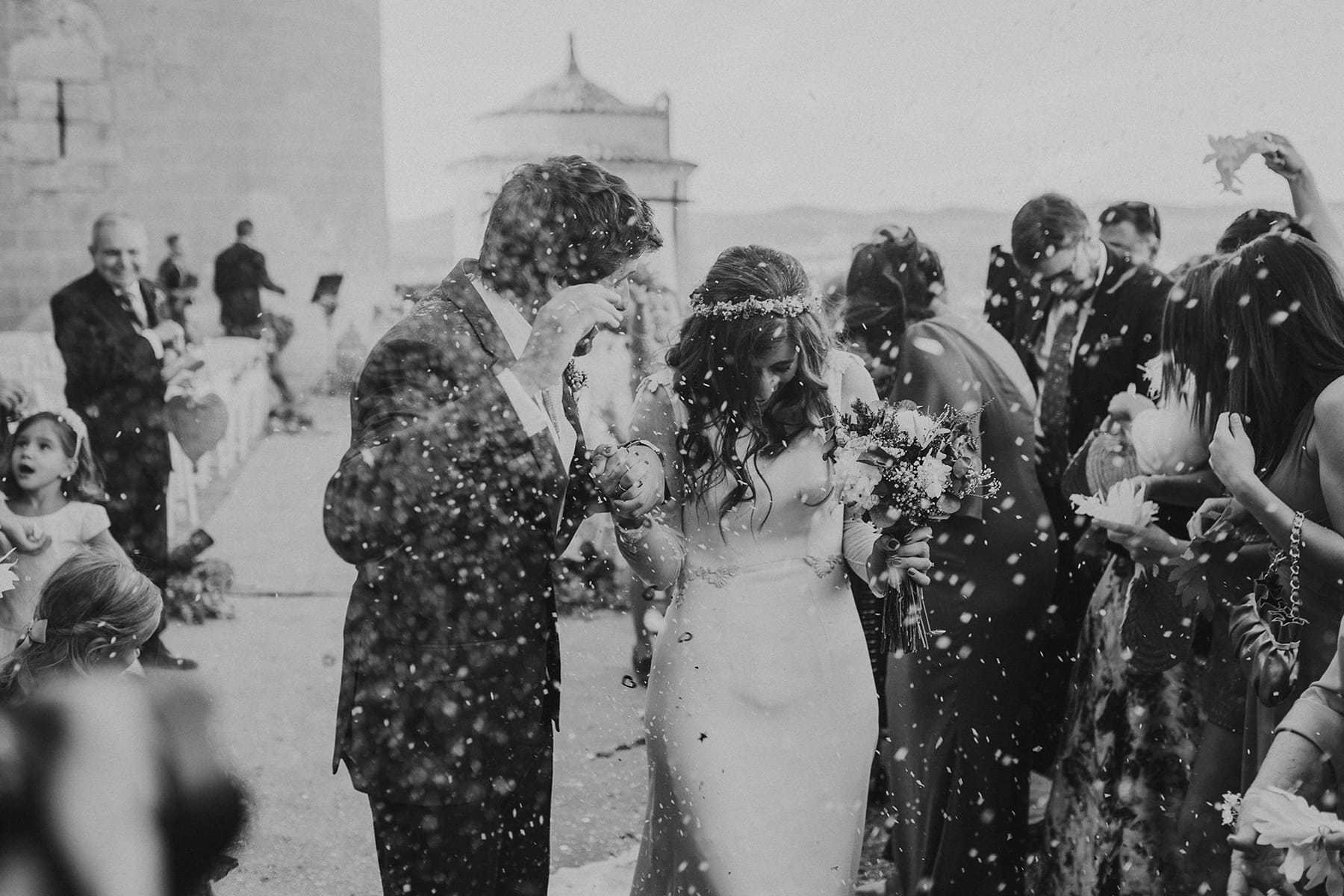 Invitados tirando arroz a la pareja de recién casados