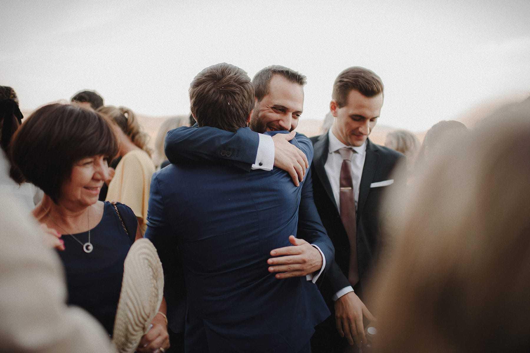 Amigos felicitando al novio recién casado