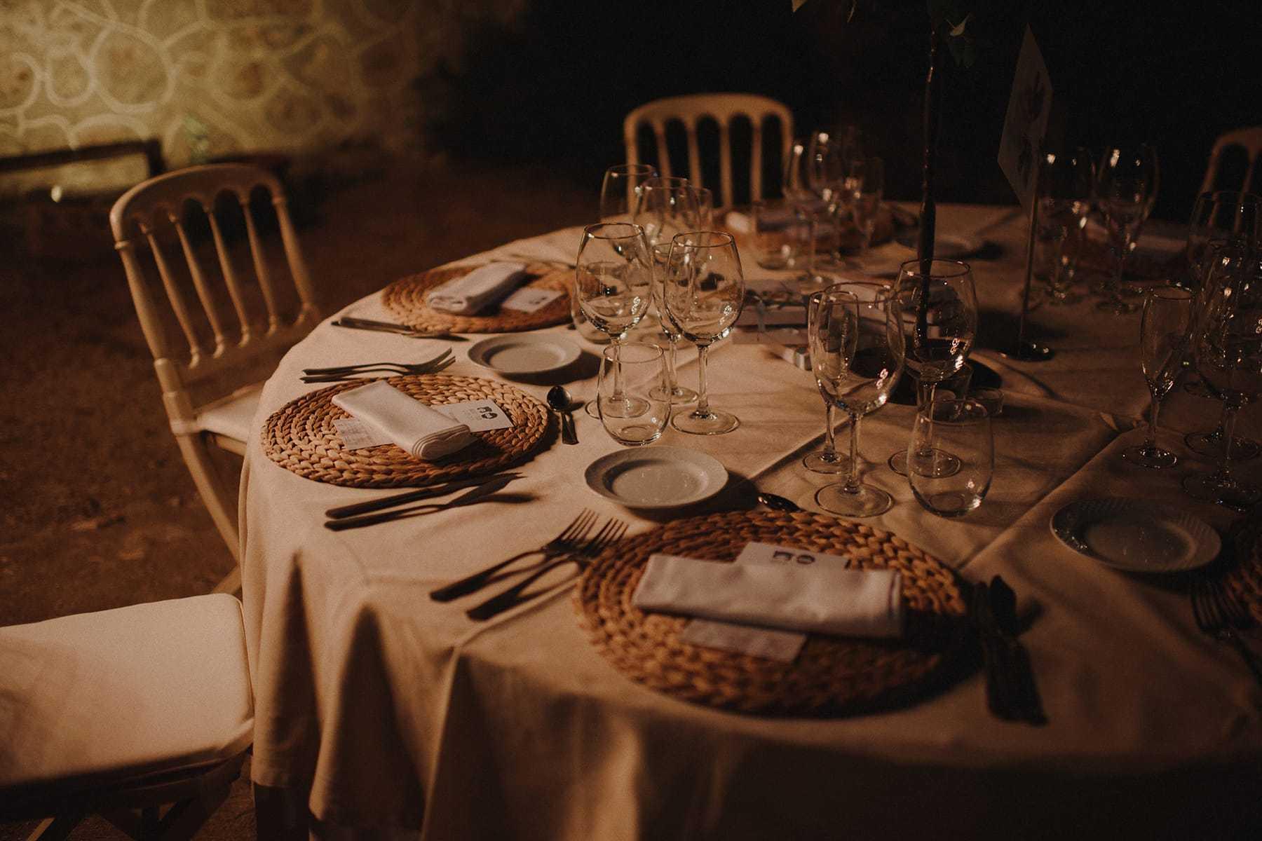 Decoración de mesas en una boda cilvil con cena al aire libre