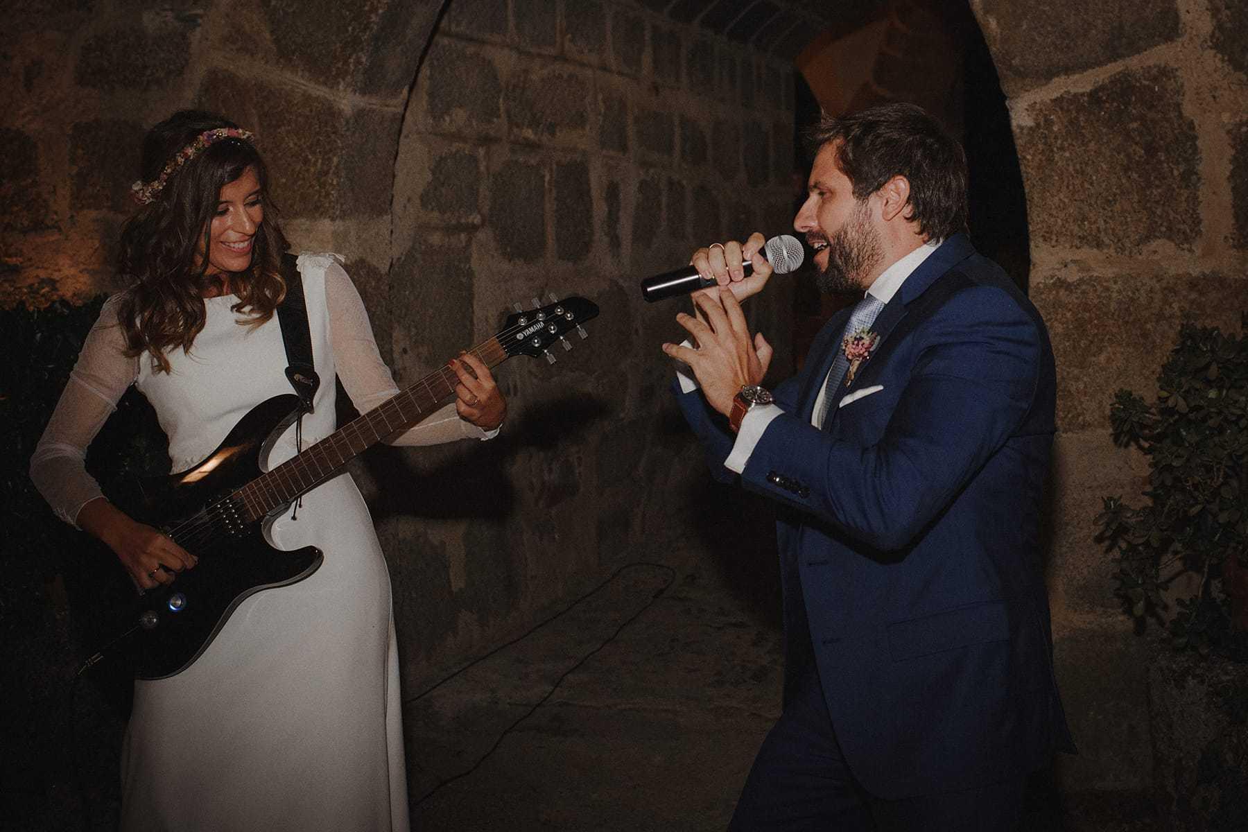 Pareja de novios cantando y tocando la guitarra