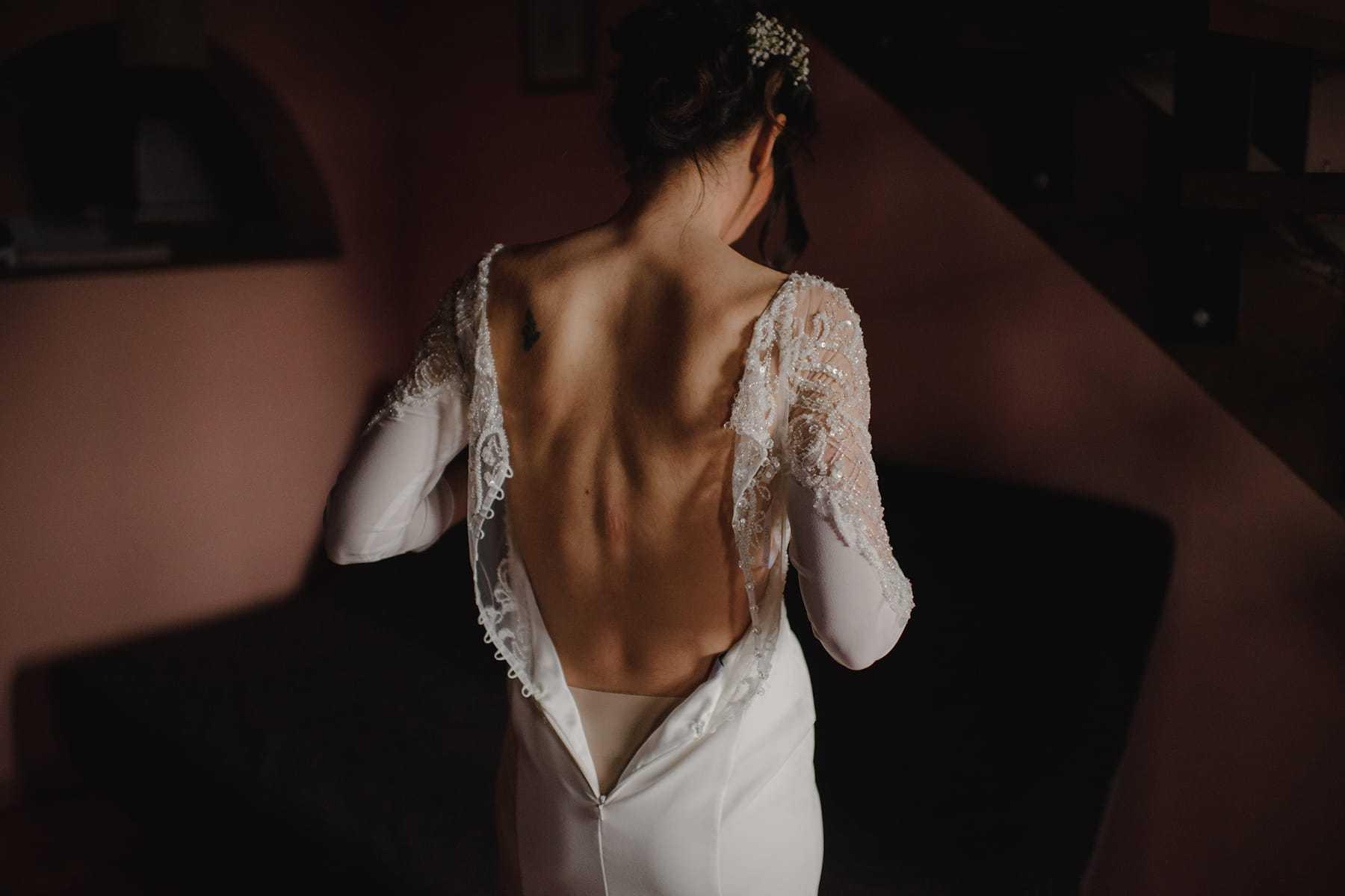 Detalle de la espalda en el vestido de novia