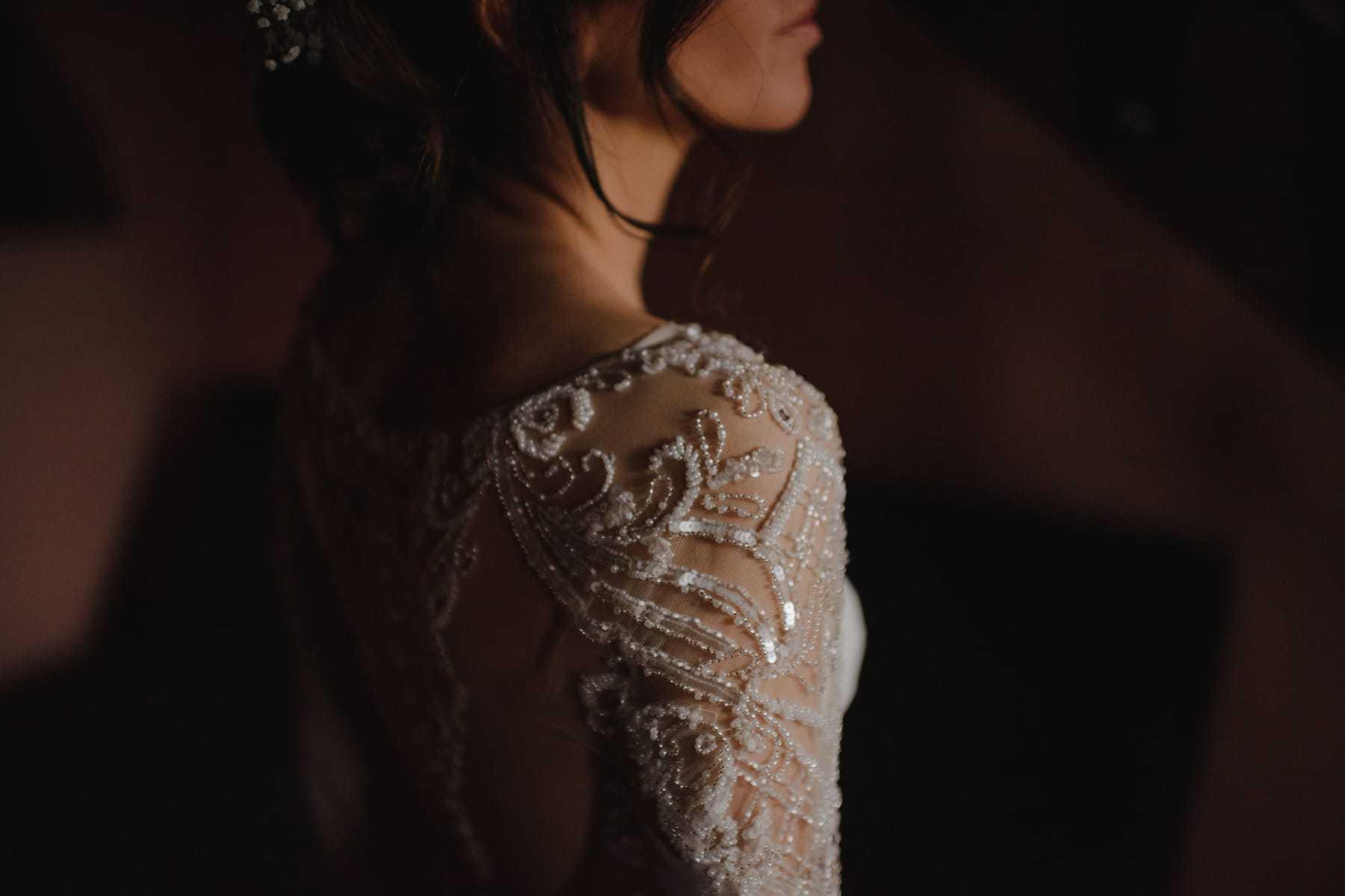 Detalle del hombre del vestido de novia