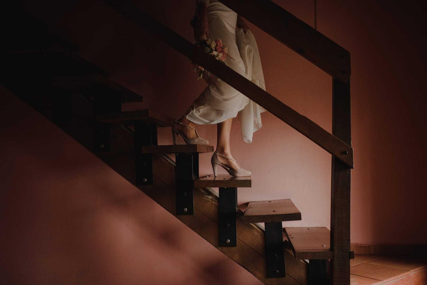 Novia bajando las escaleras