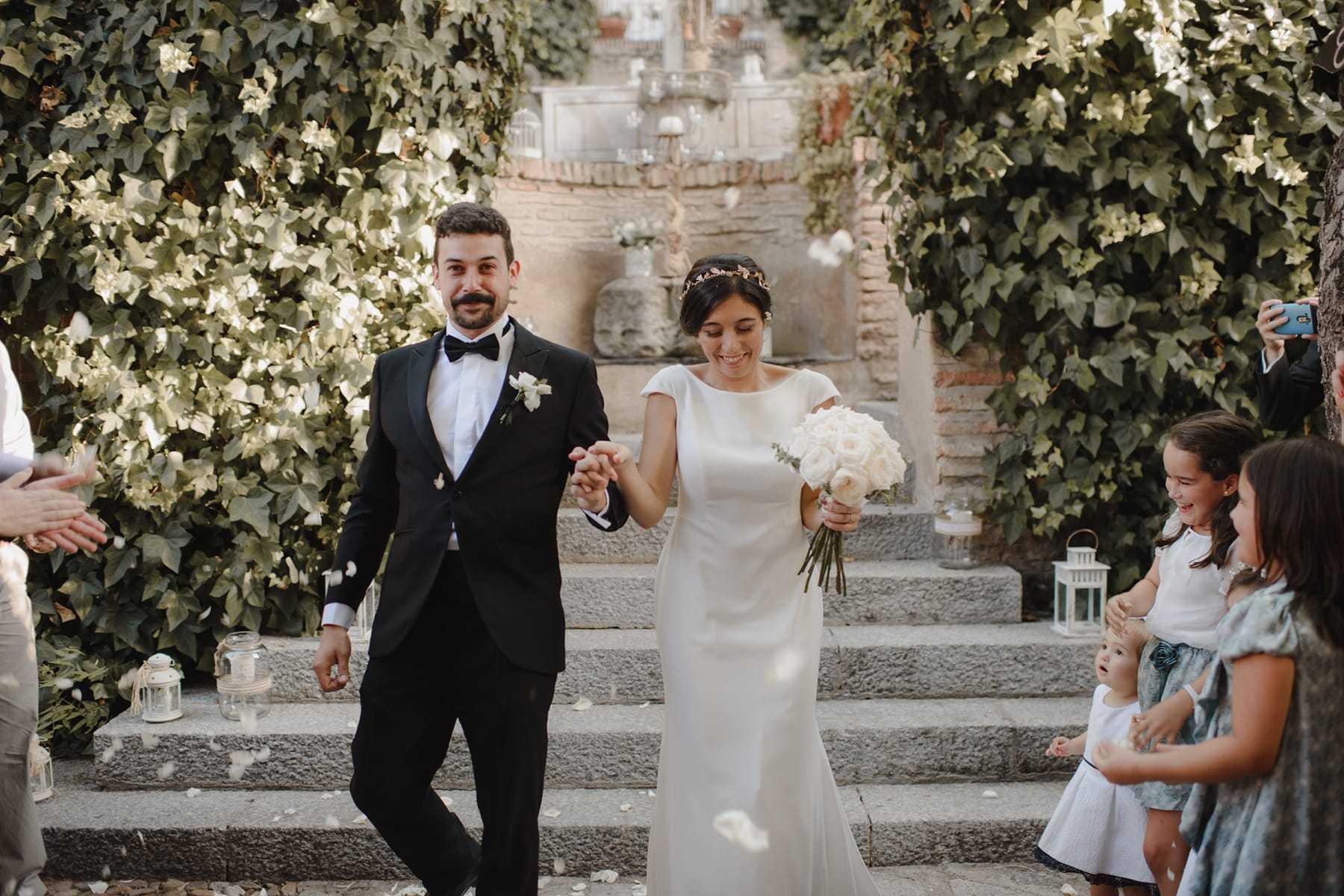 Arroz y pétalos de boda