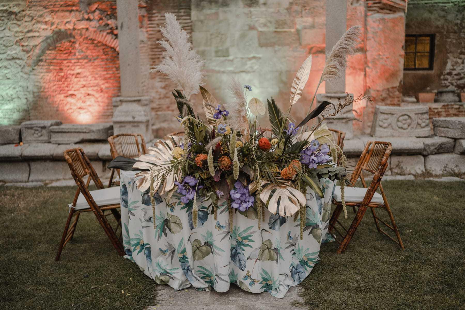 Detalle floral en la mesa nupcial