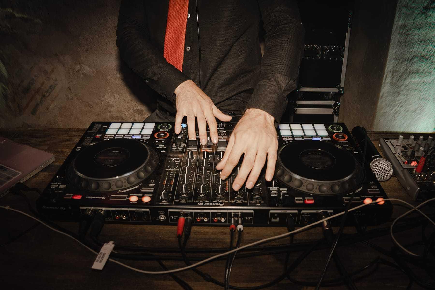 DJ pinchando